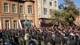 Eýranyň Urmia şäherinde polisiýa protestçileriň ýoluny böwetleýär. 16-njy noýabr, 2019 ý.