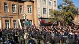 رویارویی پلیس ضد شورش با معترضان در نخستین روز اعتراضها در ارومیه