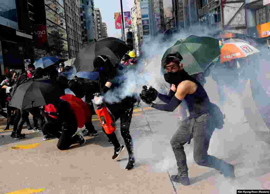 У Гонконзі після двох тижнів відносного спокою 20 жовтня знову пройшов багатотисячний марш продемократично налаштованих активістів. За даними агентств AP і Reuters, недільний марш, незважаючи на відсутність дозволу влади на його проведення, зібрав на вулицях Гонконгу десятки тисяч учасників.