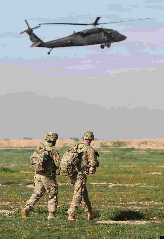 پرسنل نظامی آمریکا در جریان تمرینها و مانور نظامی برای آمادهسازی نیروهای عراقی برای بازپسگیری موصل