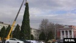 На главной площади Душанбе устанавливают новогоднюю ёлку. Фото: декабрь 2009 года