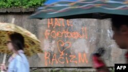 """Львов қаласының көшесінде """"Hate football, love racizm"""" (""""Футболды жек көр, расизмді жақсы көр"""") деп жазулы тұр. Украина, 1 маусым 2012 жыл."""