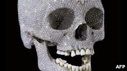 Отделанный бриллиантами череп работы Дэмиана Хёрста