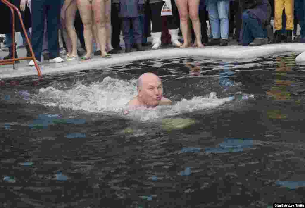 Лужков плаває у крижаній ополонці на озері Мале Бездонне під час зимового плавального фестивалю 8 березня 1992 року. Він був непитущим, любив спорт, регулярно – навіть після 60-річчя – грав у футбол та теніс, мав безліч інших захоплень, включно з бджільництвом