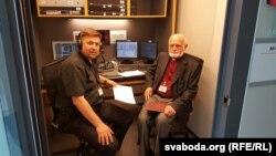 Айцец Андрэй Абламейка (зьлева) і архімандрыт Сяргей Гаек у студыі Радыё Свабода ў Празе.