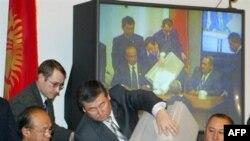 Депутаты киргизского парламента дважды голосовали по кандидатуре Кулова, но так ни до чего и не доголосовались