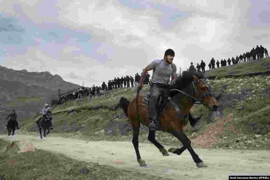 Конные скачки в Балхарском поселке Дагестана, Россия. 6 апреля 2019 года. (North Caucasus Service, RFE/RL)