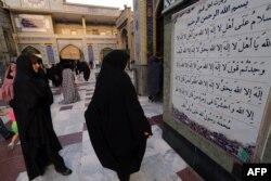 Иранки в мечети в Тегеране