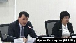 Председатель президиума политбюро ОСДП Зауреш Батталова (справа) и заместитель председателя Агентства по делам государственной службы и противодействию коррупции Алик Шпекбаев. Астана, 24 октября 2017 года.
