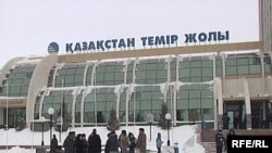 Астана темір жол вокзалының алдында бір топ кәсіпкер наразылық танытты. Астана, 16 қаңтар, 2009 жыл.
