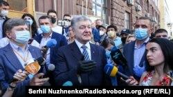 Петро Порошенко біля будівлі ДБР