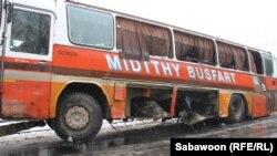 Оштетениот автобус во Кабул.