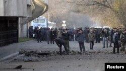 """Спорт сарайынын алдындагы жарылуу болгон жер. Бишкек, 30-ноябрь, 2010. (Жайшүл махди"""" мүчөлөрү ушул жарылууга да тиешеси бар деп айтылууда.)"""