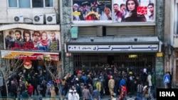 Люди у здания кинотеатра в Тегеране. 30 января 2014 года.