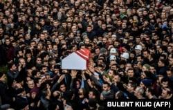 «Ислам мемлекеті» экстремистік тобы содырлары түнгі клубқа жасаған шабуылы кезінде қаза тапқан 23 жастағы түрік жігіті Юнус Гормекті жерлеу рәсіміне жиналғандар. Стамбул, 2 қаңтар 2017 жыл.