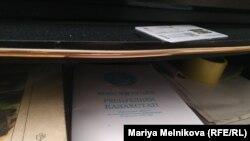 Полка с книгами в квартире активиста Эрика Жумабаева.