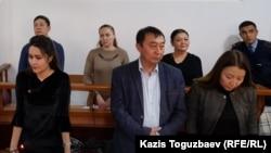 Слева направо на заднем плане: Ануар Аширалиев, Оксана Шевчук и Гульзипа Джаукерова в зале суда. Алматы, 19 ноября 2019 года.
