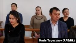 Обвиняемые в «участии в ДВК» (слева направо во втором ряду): Ануар Аширалиев, Оксана Шевчук и Гульзипа Джаукерова. Алматы, 19 ноября 2019 года.