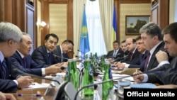 Қазақстан президенті Нұрсұлтан Назарбаев пен Украина президенті Петр Порошенконың кездесуі кезінде. Киев, 21 желтоқсан 2014 жыл.