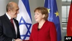 آنگلا مرکل (راست) و ایهود اولمرت پیش از آغاز مذاکرات روز سه شنبه. عکس از AFP