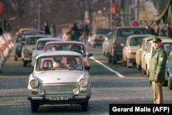 Автомобили из Восточной Германии едут в Западную, 11 ноября 1989 года. Фото: Reuters