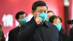 Președintele Xi Jinping, dând indicații unor medici chinezi