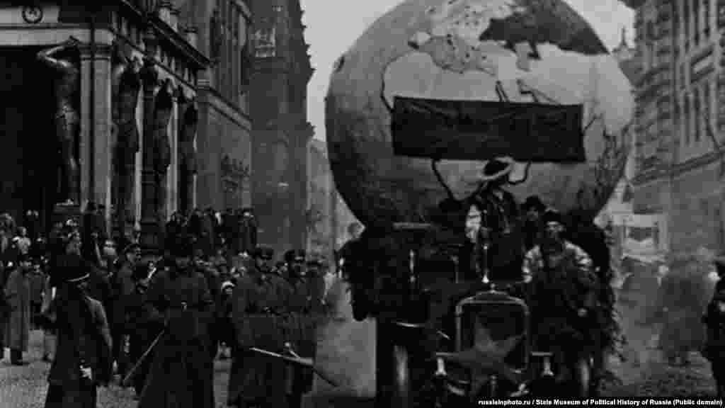 Первое мая в Петрограде. Макет глобуса с транспарантом: «Владыка мира – труд!», 1920 год