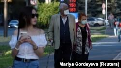 Прохожие на улице в Алматы. Июнь 2020 года.