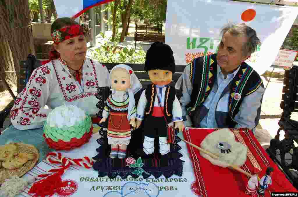 Болгарское национально-культурное общество Севастополя «Изгрев» представило на фестивале славянской культуры куклы в национальных болгарских костюмах