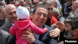 Лидер партии «Процветающая Армения» Гагик Царукян во время одной из встреч с избирателями, Армавирская область, 13 апреля 2012 г.