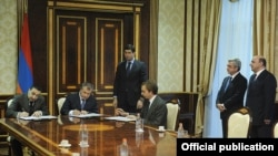 Armenia - President Serzh Sarkisian looks on as Rosneft chief Igor Sechin (second from left) and other business executives sign agreements in Yerevan, 25Dec2013.
