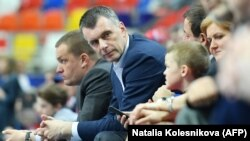 Russian billionaire Mikhail Prokhorov has agreed to sell the remaining stake in his U.S. basketball franchise. (file photo)