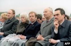 از راست: کارل شوارتزنبرگ (بعدتر وزیر خارجه چک)، الکساندر دوبچک، و واتسلاو هاول در ۲۱ آویل ۱۹۹۰