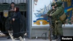 Ուկրաինա, Ղրիմ - Զինվորականները (ենթադրաբար` ռուսաստանցի) Սիմֆերոպոլին մերձակա Պերևալնոե գյուղի ռազմակայանի մոտ, 3-ը մարտի, 2014թ.