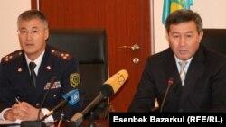 Амирхан Аманбаев (справа), заместитель министра юстиции, и Султан Кусетов, председатель КУИС. Астана, 11 ноября 2010 года.
