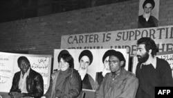 سه کارمند به گروگان گرفتهشده آمریکا در تهران در کنفرانسی خبری در سال ۱۳۵۸