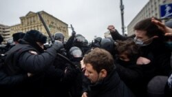 Ұрып-соқты, сүйреді, ұстап әкетті. Полиция Навальныйды қолдаған шеруді қалай жаншыды?
