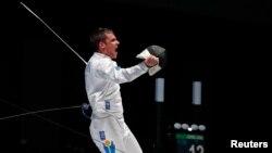 Казахстанский фехтовальщик Дмитрий Алексанин радуется победе в поединке с южнокорейским спортсменом Чон Джин Соном. Джакарта, 19 августа 2018 года.