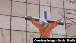 """Граффити """"распятый"""" Гагарин на многоэтажном здании в Перми"""