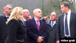 Президент Албании Илир Мета (в центре) встречается с местными чиновниками во время неофициального визита на юг Сербии, 26 ноября 2017 год