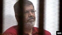 Египеттің бұрынғы президенті Мохаммед Мурси сотта отыр. Желтоқсан, 2015 жыл.