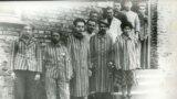 شماری از زندانیان آشویتس پس از آزادسازی این اردوگاه مرگ از دست نازیها