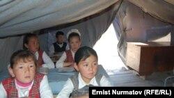 В результате прошлогодних межэтнических столкновений многие дети с юга страны до сих пор живут и учатся в лагерях беженцев
