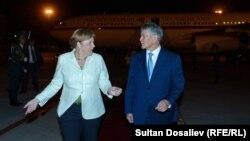 Ангела Меркелни Бишкек аэропортида Алмазбек Атамбаев кутиб олди.