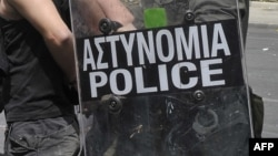 Policia greke gjatë arrestimit të një personi