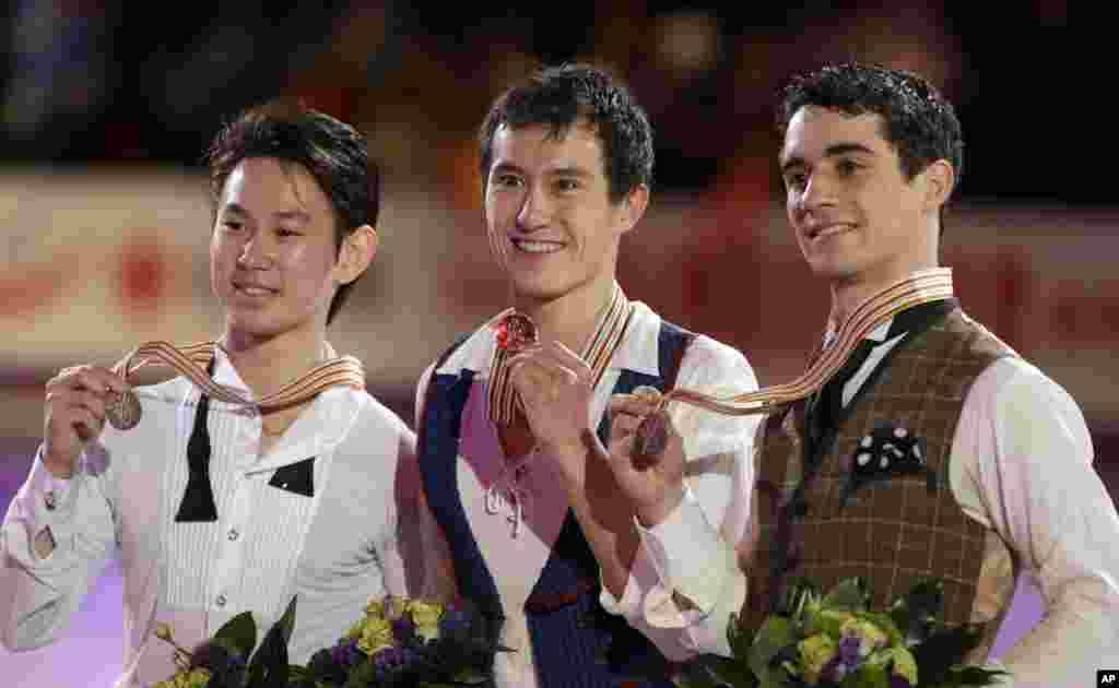 Денис Тен на пьедестале чемпионата мира в Канаде. В середине золотой медалист канадец Патрик Чан, бронзовая медаль досталась испанцу Хавьеру Эрнандесу.