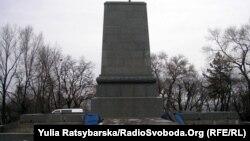 Нині пам'ятник Шевченкові у Дніпропетровську демонтований для ремонту