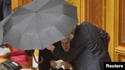 Спікер парламенту Володимир Литвину під парасолею, обкиданий яйцями, оголошує результати голосування за ратифікацію Угоди про подовження терміну перебування ЧФ Росії в Криму. 27 квітня 2010 року