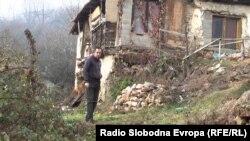 Расим Мустафоски пред својата трошна куќа во кичевското село Челопек.