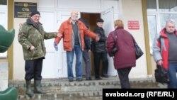 Валер Шчукін выходзіць з будынку суду.